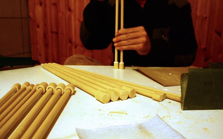 Hilos y madera trabajando en agujas de molde