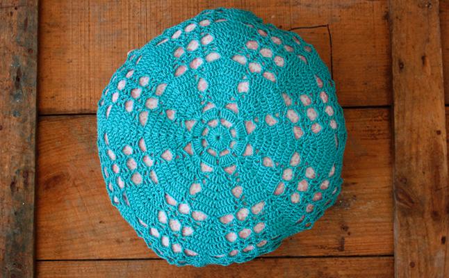 Hilos y madera: Cojín redondo de ganchillo azul y tela de florecitas