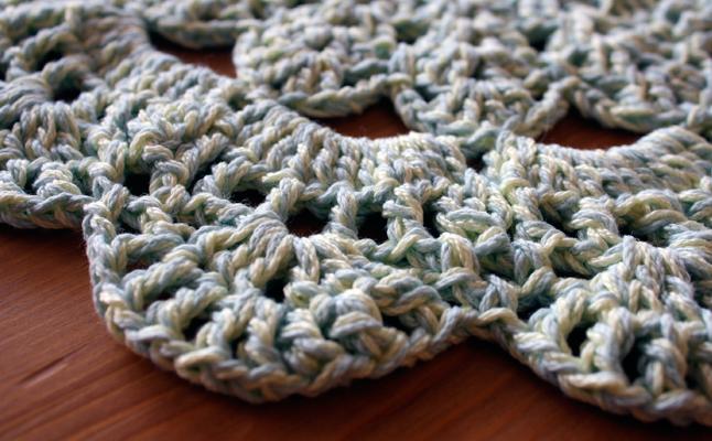 Hilos y madera: Salvamanteles de ganchillo de algodón azul y amarillo