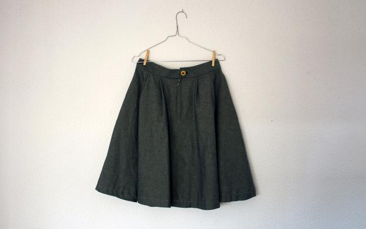 Hilos y madera: falda de pliegues con bolsillos. Tela vaquera