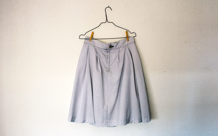 Hilos y madera: falda de pliegues con bolsillos. Tela de cuadros