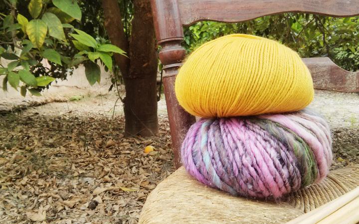 Hilos y madera. Ovillos de lana en el huerta murciana